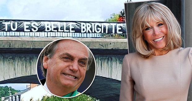 """""""Jsi krásná, Brigitte!"""" Umělci brání po urážkách první dámu, na most vyvěsili transparent"""