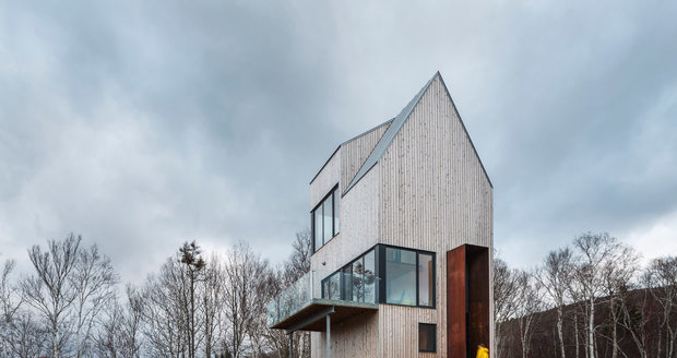 Jednoduchá stavba ze dřeva nabízí otevřenný interiér a nádherné výhledy do panenské krajiny