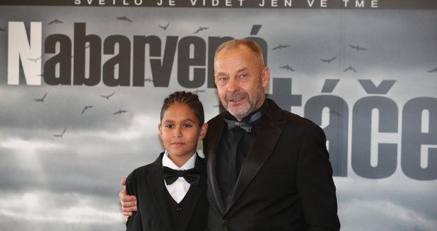 Premiéra filmu Nabarvené ptáče: Režisér Václav Marhoul s hlavním dětským hrdinou Petrem Kotlárem