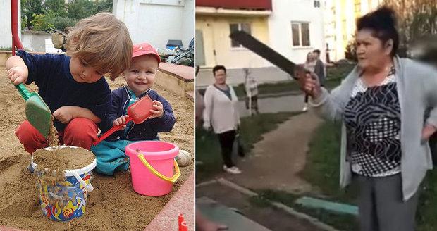 S pilou na děti: Rozzuřené důchodkyně rozřezaly houpačku. Nepomohly prosby, ani domluvy