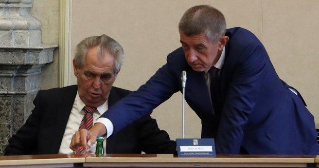 Zeman rozpočet nejspíš podepíše, vládu podpoří i ve Sněmovně. Babiš: Ale rýpl si