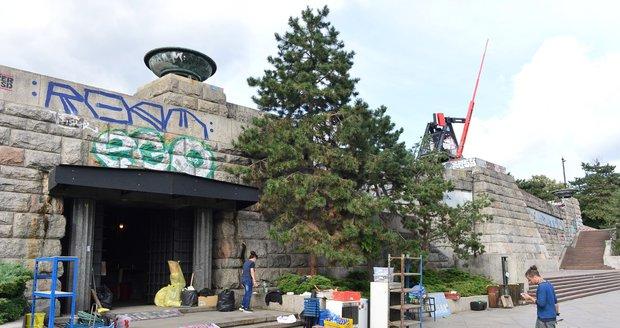 Vyklízení bývalého pomníku Stalina na Letné. Praha ho musela 19. září 2019 uzavřít.