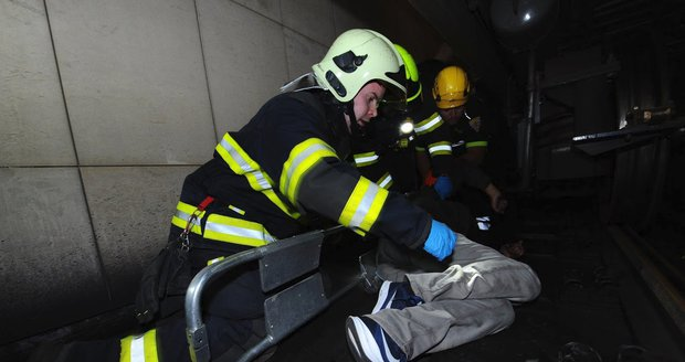 Metro mezi Novými Butovicemi a Zličínem přes hodinu nejezdilo. Pod soupravu spadl muž