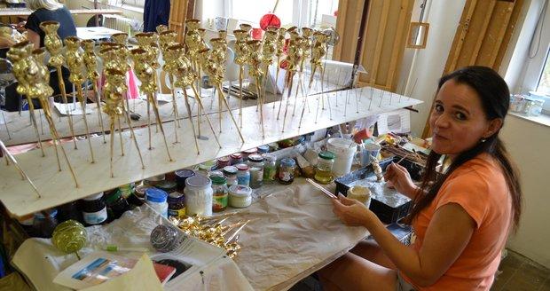 V Opavě mají Vánoce každý den: Zručné malířky vyrobí 12 500 ozdob ročně