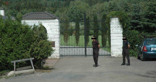 Sídlo Leona Tsoukernika hlídá ochranka.