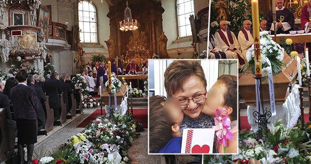 Zdrcená rodina a záplava květin. Se ženou (†45) šéfa KDU-ČSL Výborného se loučil plný kostel
