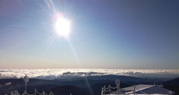 Na Sněžce napadlo 15 cm sněhu a naměřili -6°C. Horská služba má pro turisty varování