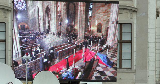 Takhle přenášely v roce 2011 na Hradě obrazovky pohřeb Václava Havla.