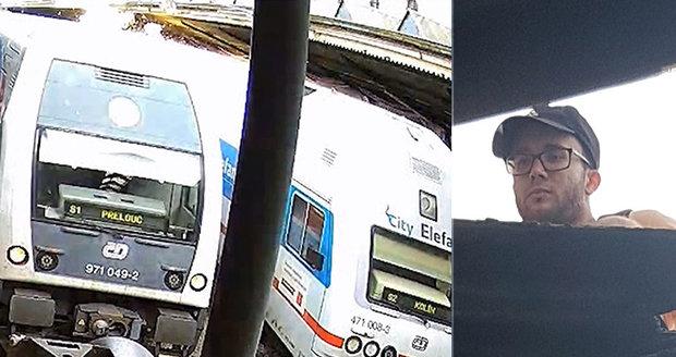 """Na střechu nádraží vyšplhal muž. Hodil tyč na vlak, zkratoval ho a utekl. Chtěl se prý """"jen projet"""""""