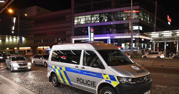 Policie před obchodním centrem na Chodově.