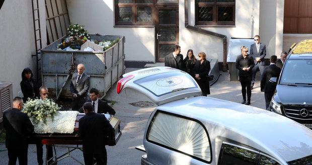 Odvoz ostatků Karla Gotta do krematoria v Motole
