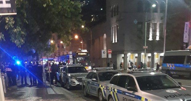 Anonym na Andělu v obchodním centru nahlásil bombu.