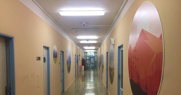 Na chodbě dětské psychiatrie jsou pěkné obrázky, které zpříjemňují dětem pobyt.