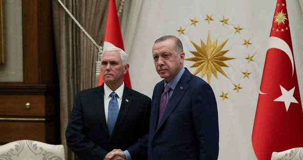 """V Sýrii utichnou zbraně, dohodli USA a Turci. Trumpa těší """"miliony ušetřených životů"""""""