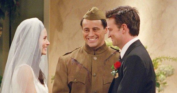 Přátelé: Joey oddává Monicu a Chandlera