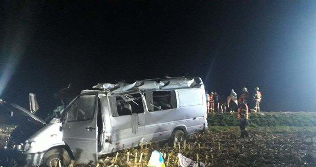 Mikrobus na Vyškovsku vyjel ze silnice a převrátil se: Při nehodě se zranilo 10 lidí. (Ilustrační foto)