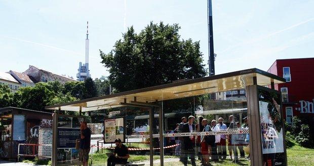 Některé městské části hodlají ponechat správu přístřešků MHD na JCDecaux. (ilustrační fotky)