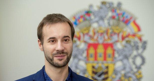 Vít Šimral chtěl schválit dotaci dva miliony korun na akci, kterou pořádná společnost Economia vlastněná Zdeňkem Bakalou.