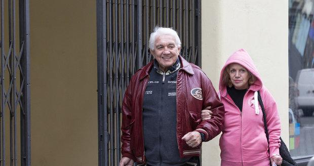 Jiří Krampol vyzvedl manželku Hanku z Bohnic.