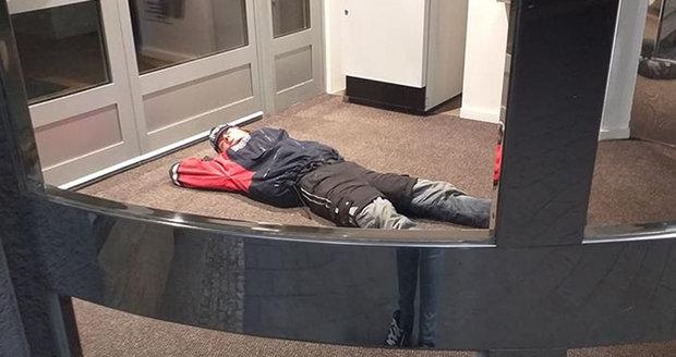 Bezdomovec si ustlal v Havířově u bankomatu a usnul jako mimino.