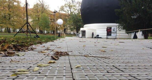 Ke kupoli vede provizorní pohodlný chodníček, který je položen na travnatý povrch náměstí.
