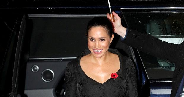 Je vévodkyně Meghan znovu těhotná? Ruka na bříšku nahrává myšlence, že ano!
