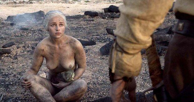 Jako matka draků Daenerys se v rouše Evině ukázala mnohokrát.