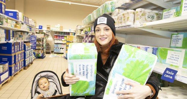 Michaela Maurerová s dceou na potravinové sbírce