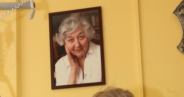 Jan Skopeček má na zdi fotku zesnulé manželky a herečky Věry Tichánkové