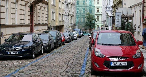 Nejvyšší správní soud vydal revoluční rozhodnutí. Praze hrozí, že parkovací místa zaberou i mimopražští s parkovací kartou.