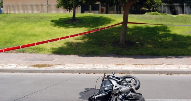 Co může vést k pádu motocyklu v zatáčce?