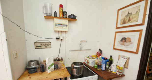 PŘED: Vařit pro tolik dětí musel v nuzných podmínkách