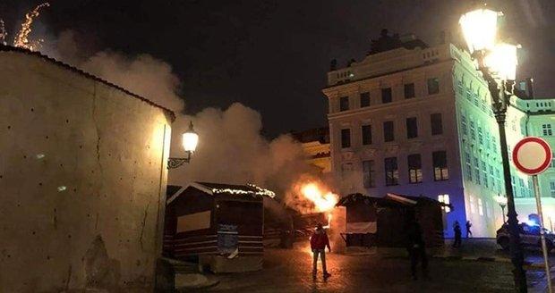 12. prosinec 2019: Ve večerních hodinách se v plamenech ocitl jeden z prodejních stánků na Hradčanském náměstí.