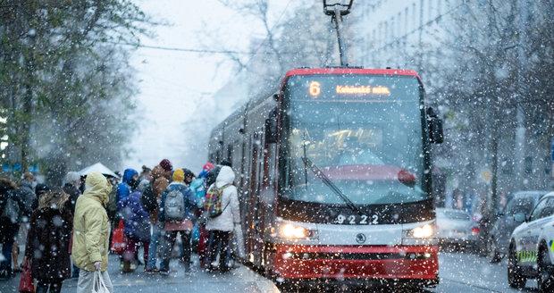 Přes noc Česko pokryl sníh, na silnicích je potřeba zvýšená opatrnost.