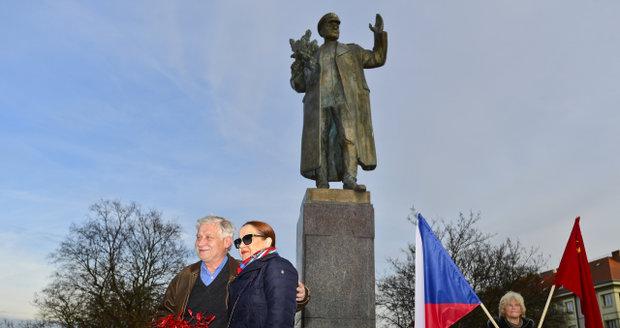 K soše maršála Koněva na výročí jeho narozenin přišla položit květiny i jeho vnučka Jelena Koněvová.