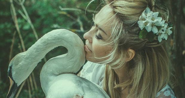 Kateřina Kaira Hrachovcová se bije za labutě.