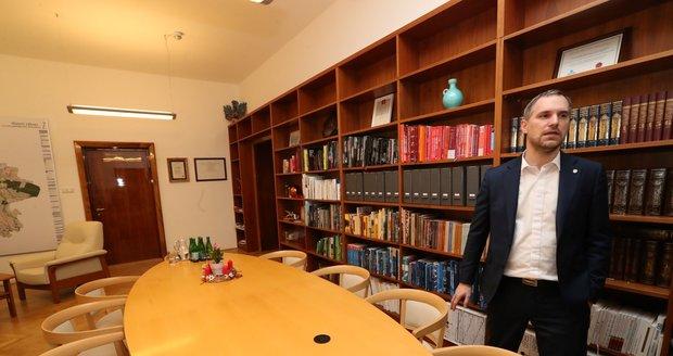 Nový primátor si do pracovny nechal přinést jiné židle. Chtěl, aby ladily se stolem.