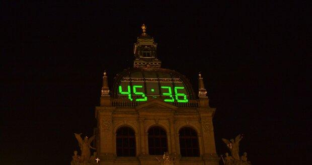 Novoroční videomapping na budovu Národního muzea sledovaly na Václavském náměstí 1. ledna 2020 tisíce lidí.