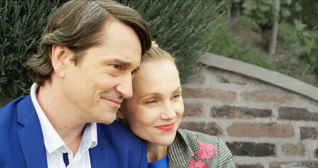 Eli (Vlastina Svátková) se zamilovala do muže dvojí tváře (Saša Rašilov).