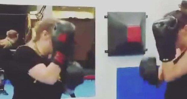 Agáta Hanychová dělá thai box.