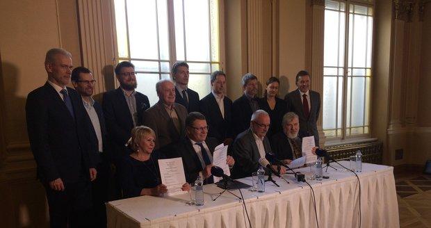 Ještě před mimořádným zastupitelstvem podepsala nová koalice v Praze 1 koaliční smlouvu.