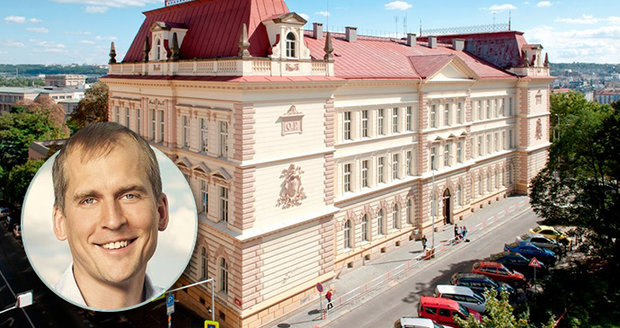 Oblíbené ředitelky ZŠ Fr. Plamínkové na Letné se hodlá zbavit radnice Prahy 7. Učitelé i rodiče jsou proti.