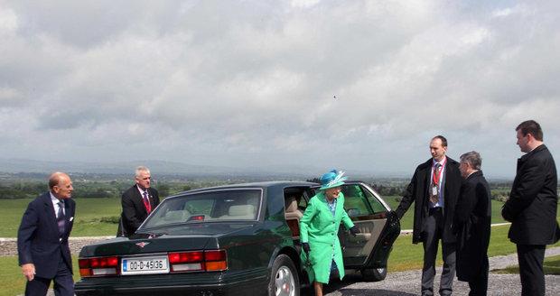 Kdekoli zastaví auto s královnou Alžbětou II. a jejím chotěm, princem Philipem, tam se okamžitě vyrojí pár chlapíků v oblecích, připravených za ně položit život.