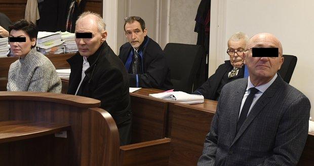 Trojice úředníků u soudu.