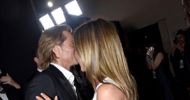 Jennifer Aniston a Brad Pitt se objímají