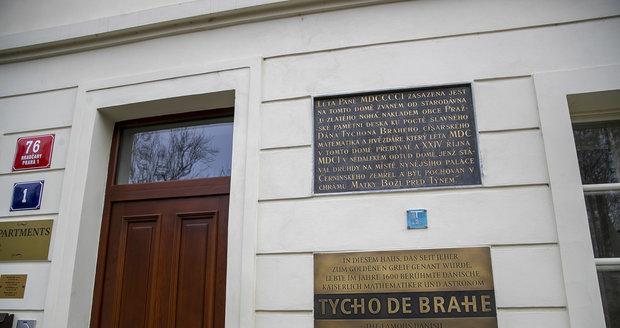 Pamětní deska na domě U Zlatého noha upomíná na to, že zde údajně kdysi žil slavný dánský astronom Tycho Brahe.