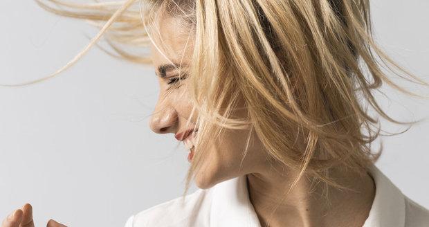 Co pomáhá na vypadávání vlasů? Kadeřnice a dermatoložky radí