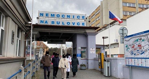 Skupina čínských turistů opouští nemocnici Na Bulovce. V úterý 28. ledna je tam převezli. záchranáři, podezření na koronavirus se u pěti z nich nepotvrdilo.