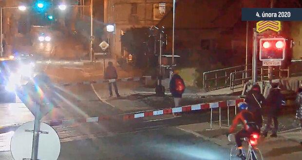 Chodci na přejezdu v Řeporyjích často nerespektují závory či výstražná světla, dokazují záběry z kamer.