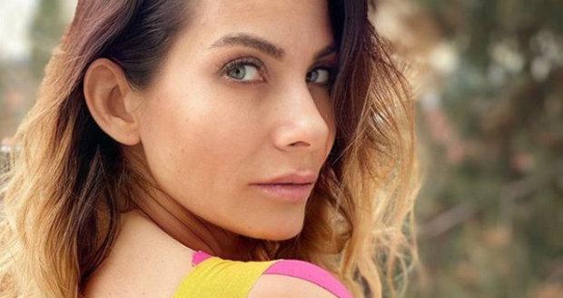 """Eva Decastelo je """"zatejpovaná"""": Hnula si s ramenem."""